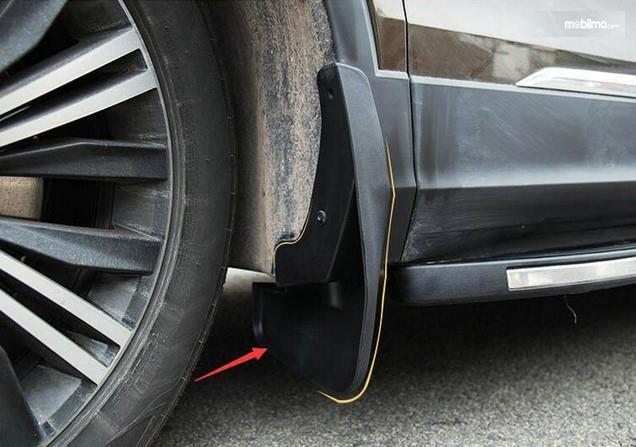 Foto spakbor mobil kotor kena cipratan air jalanan