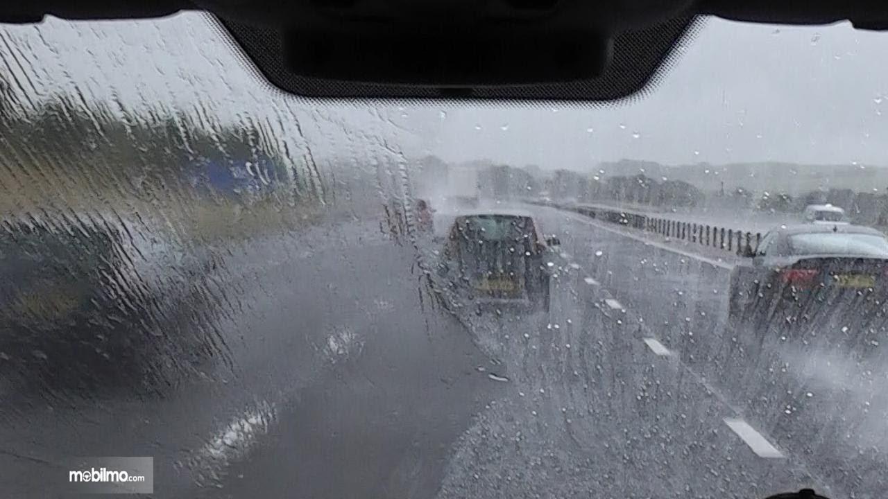 Foto pandangan pengemudi kurang jelas di saat hujan