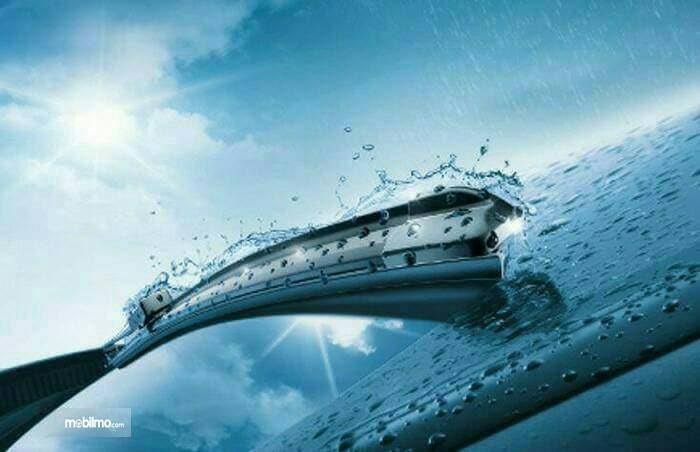 Gambar wiper mobil bekerja saat hujan