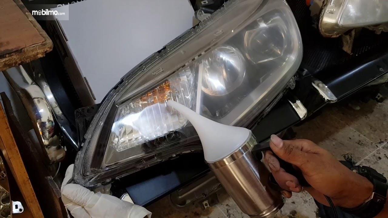 Sedang melakukan restorasi lampu depan mobil