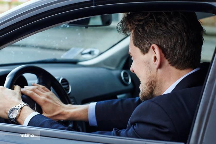 Foto pengemudi membunyikan klakson dalam-dalam