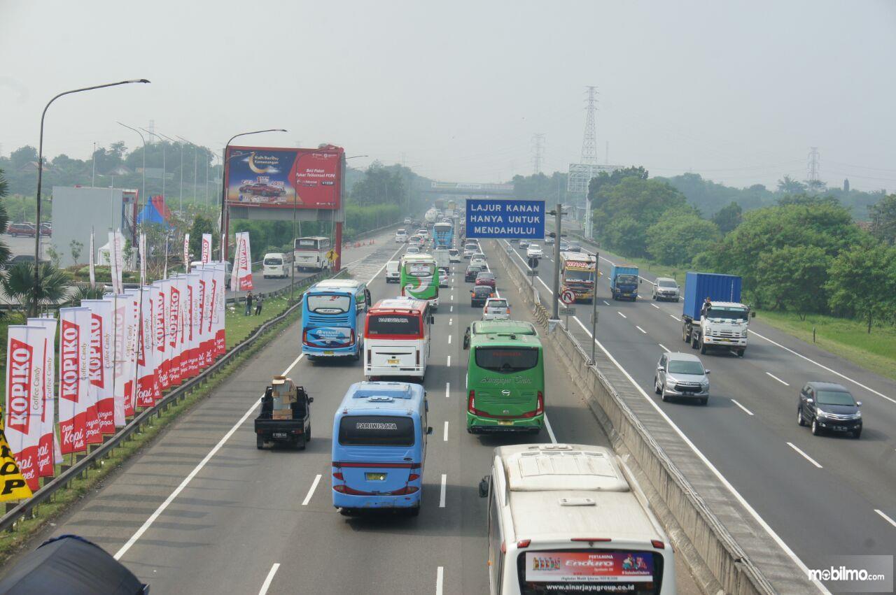 Foto lalu lintas jalan tol