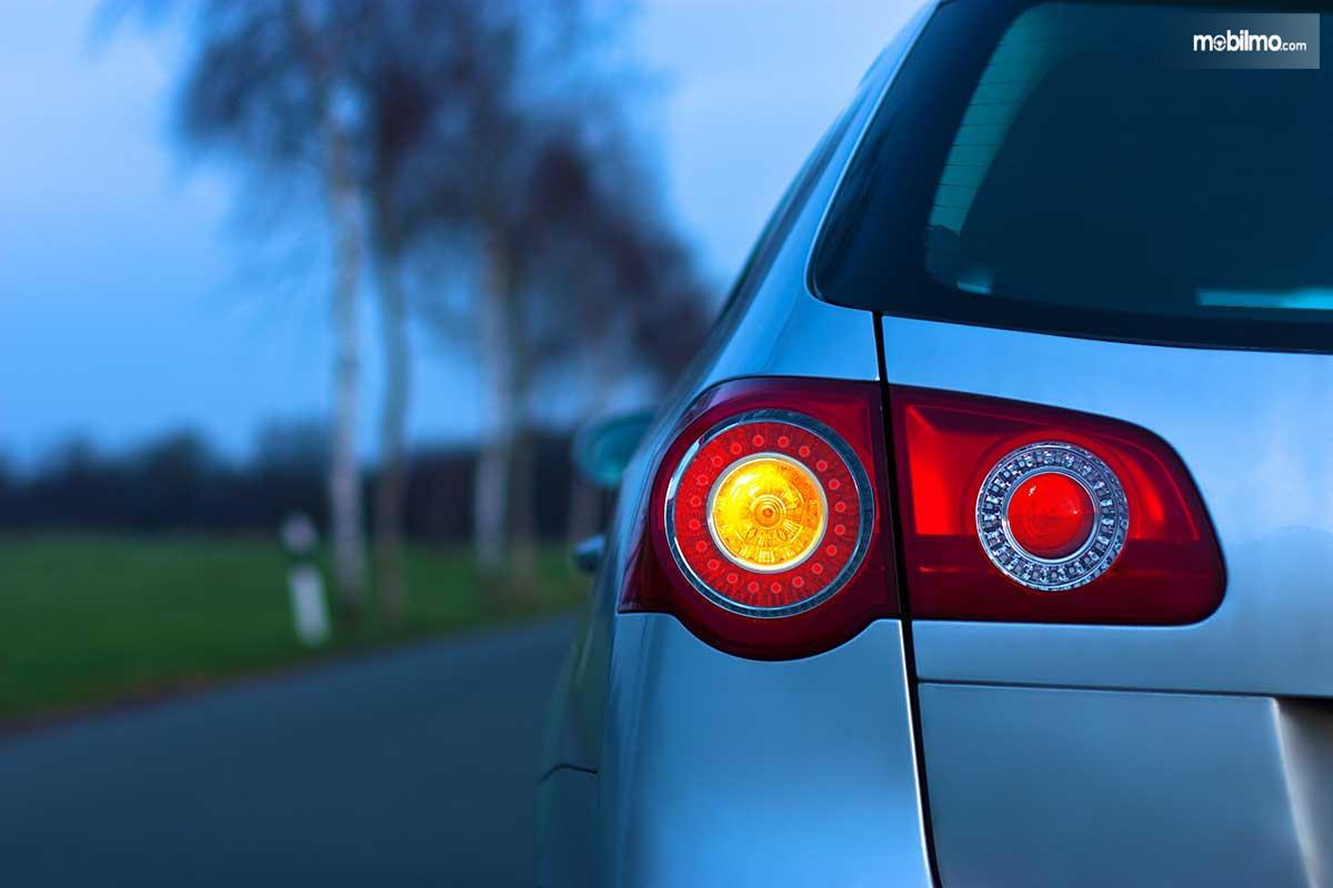 Foto lampu sein mobil bagian belakang