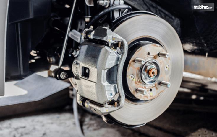Gambar ini menunjukkan sistem pengereman pada mobil dan terlihat tromolnya