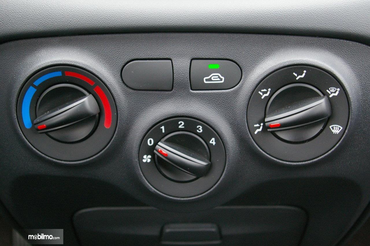 Foto tombol pengaturan AC mobil