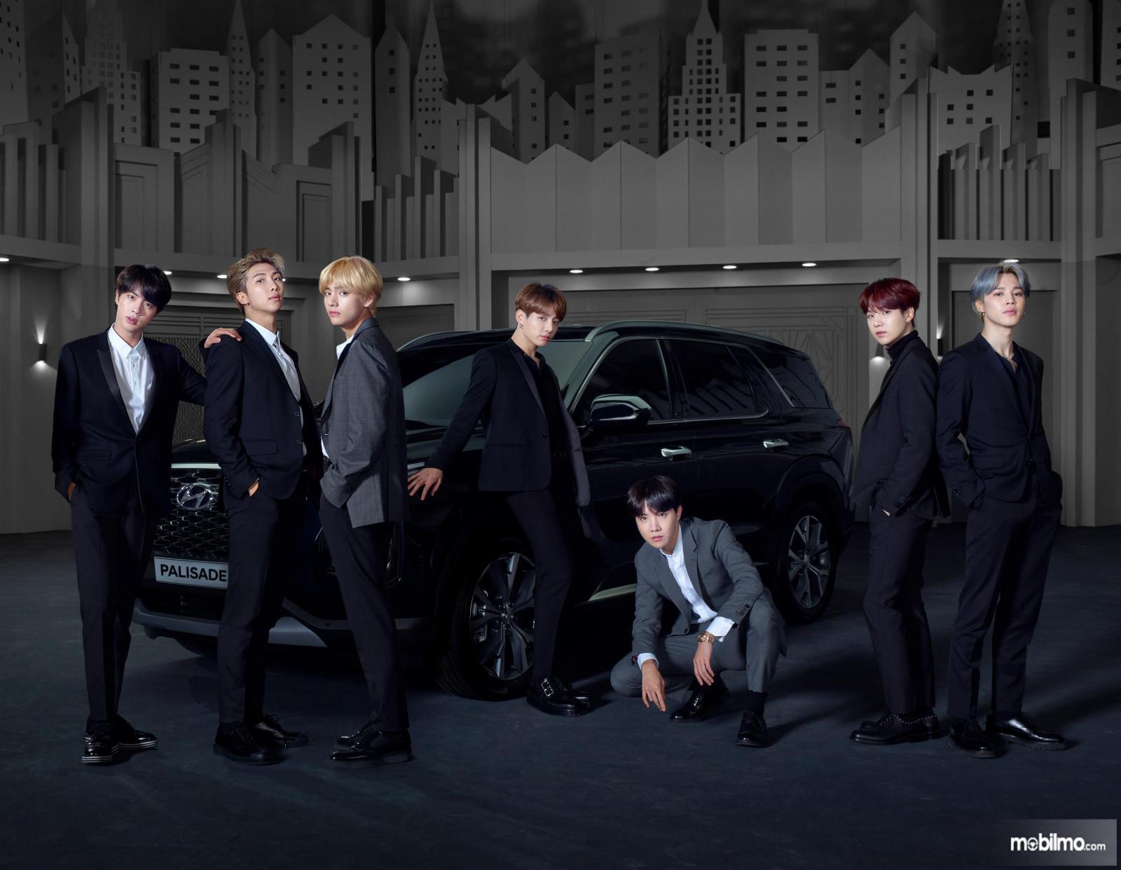 Gambar BTS memfoto bersama Hyundai Palisade