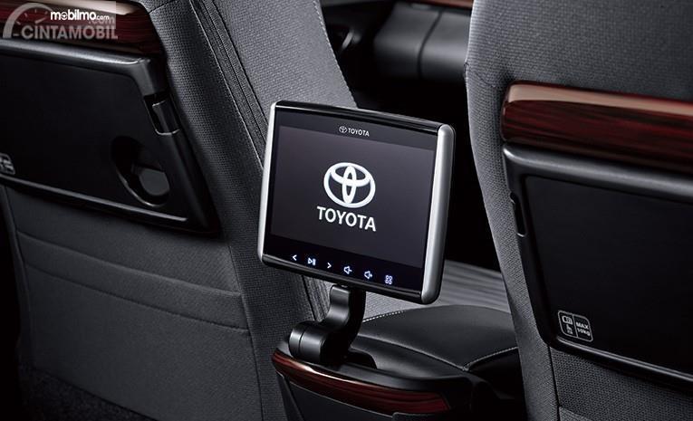 Layar hiburan kursi belakang sebuah Toyota Kijang Innova 2.0 Q 2018