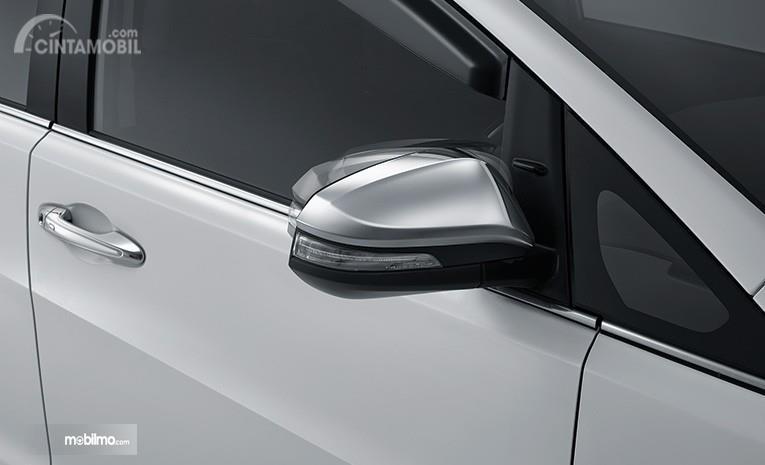 Fitur auto folding mirror pada sebuah Toyota Kijang Innova 2.0 Q 2018