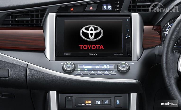 Layar monitor pada head unit pada sebuah Toyota Kijang Innova 2.0 Q 2018