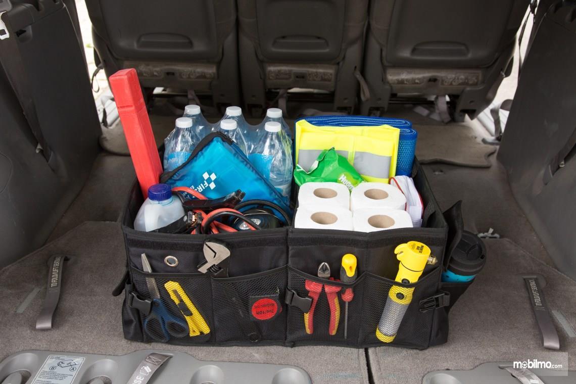 Gunakan trunk organizer untuk merapikan barang