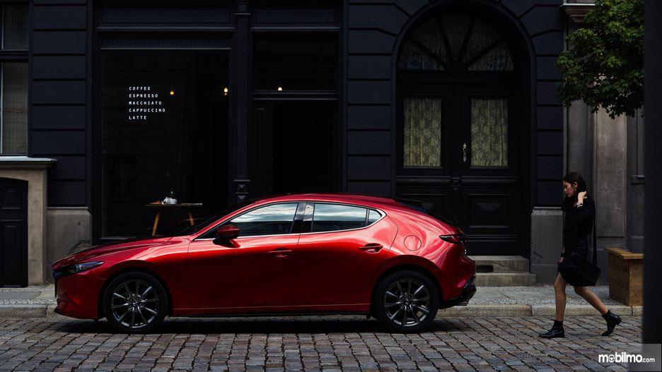 Gambar tampilan samping Mazda 3 2019