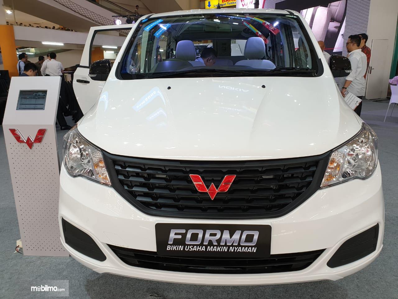 Tampilan depan sebuah Wuling Formo Passanger Van 2018