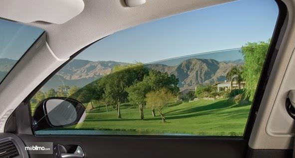 Foto kaca jendela mobil terbuka setengah