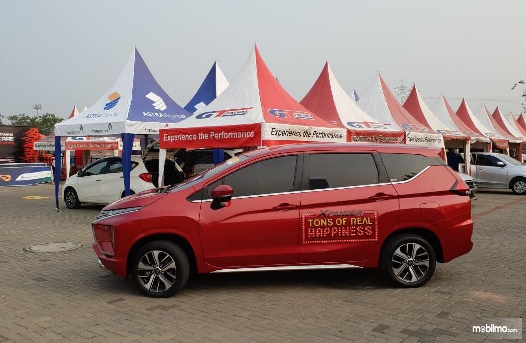 Foto Mitsubishi Xpander warna merah tampak dari samping
