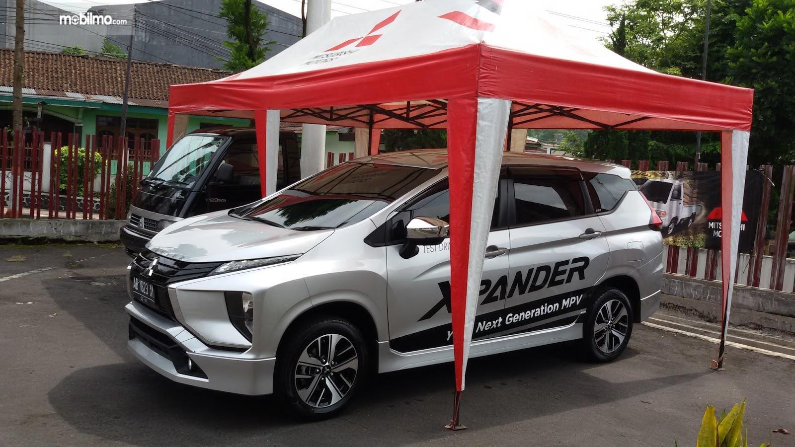 Foto Mitsubishi Xpander silver tampak dari samping