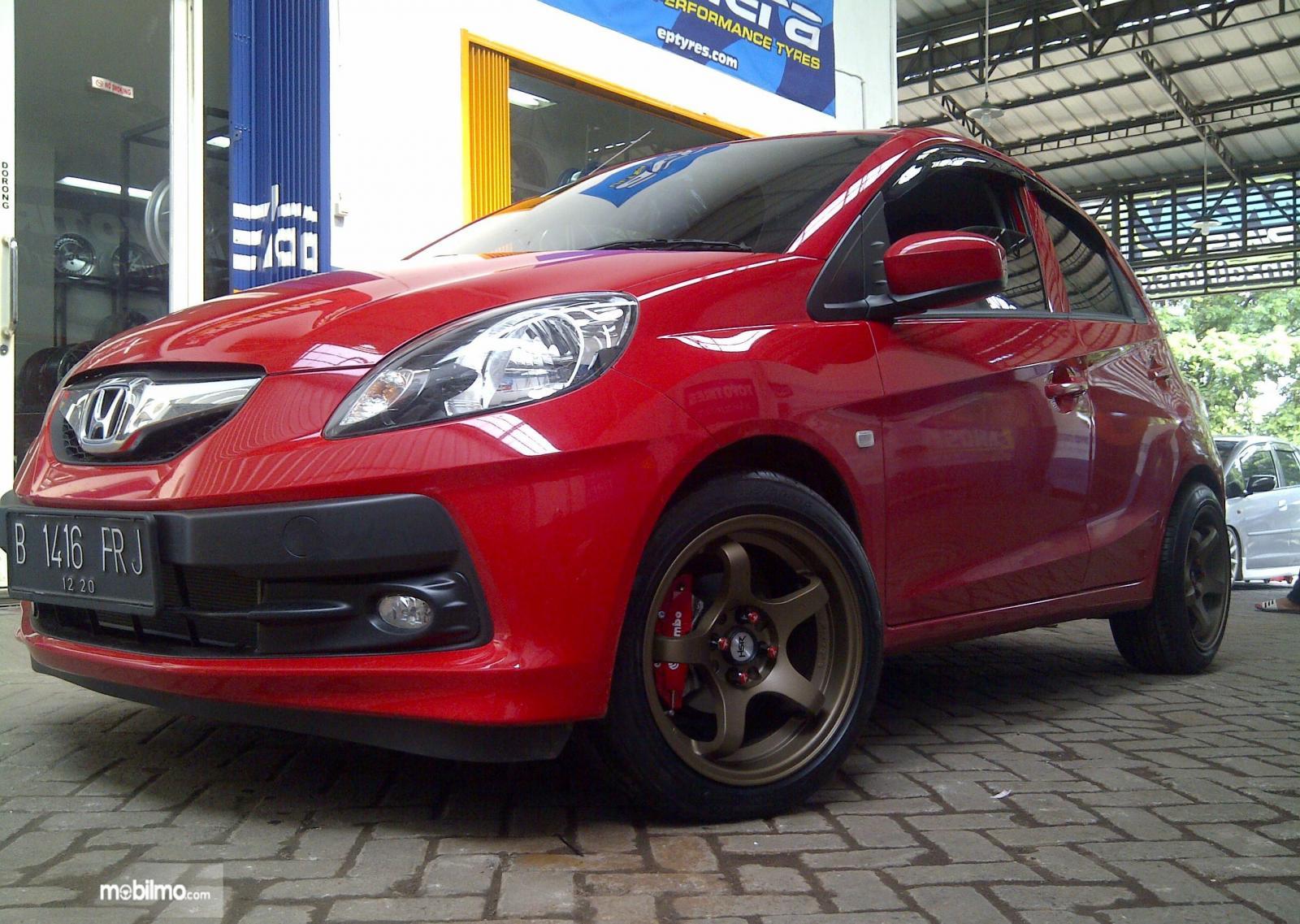 Foto mobil Honda merah dengan velg modifikasi