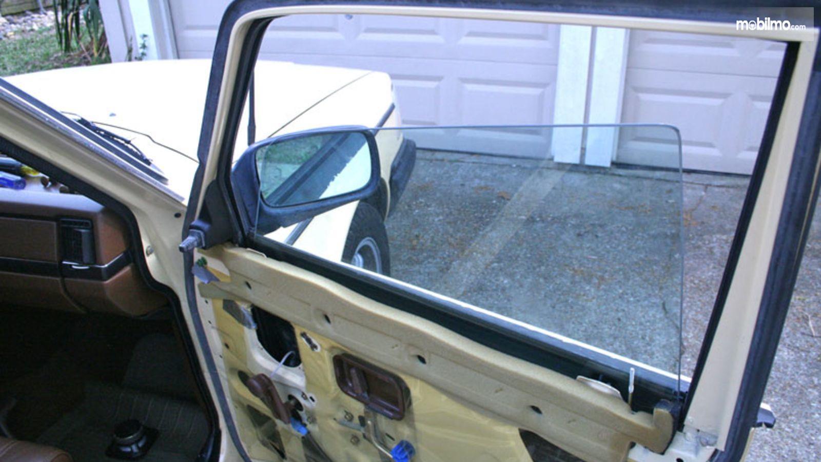 Foto kaca jendela mobil keluar jalur