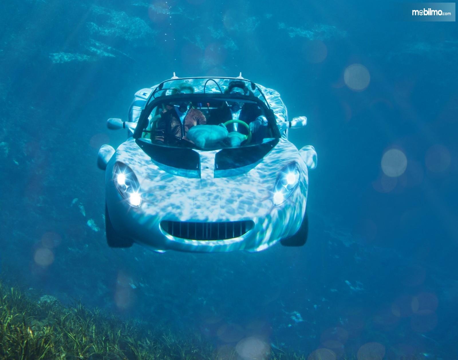Foto mobil berenang di lautan