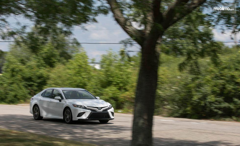 Gambar mobil All New Toyota Camry 2019 berwarna putih dilihat dari sisi depan