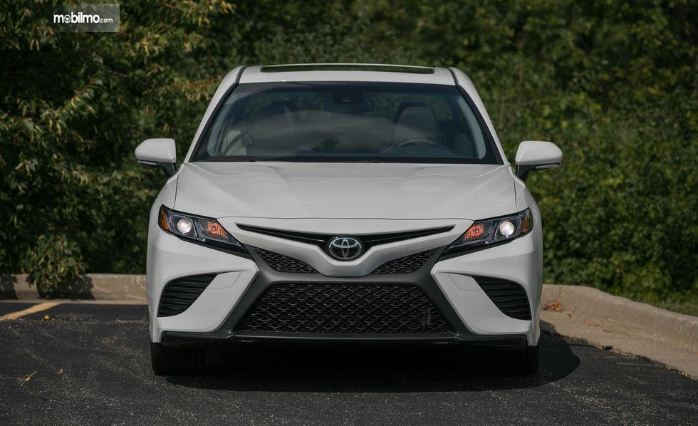 Tampilan depan mobil All New Toyota Camry 2019 berwarna silver