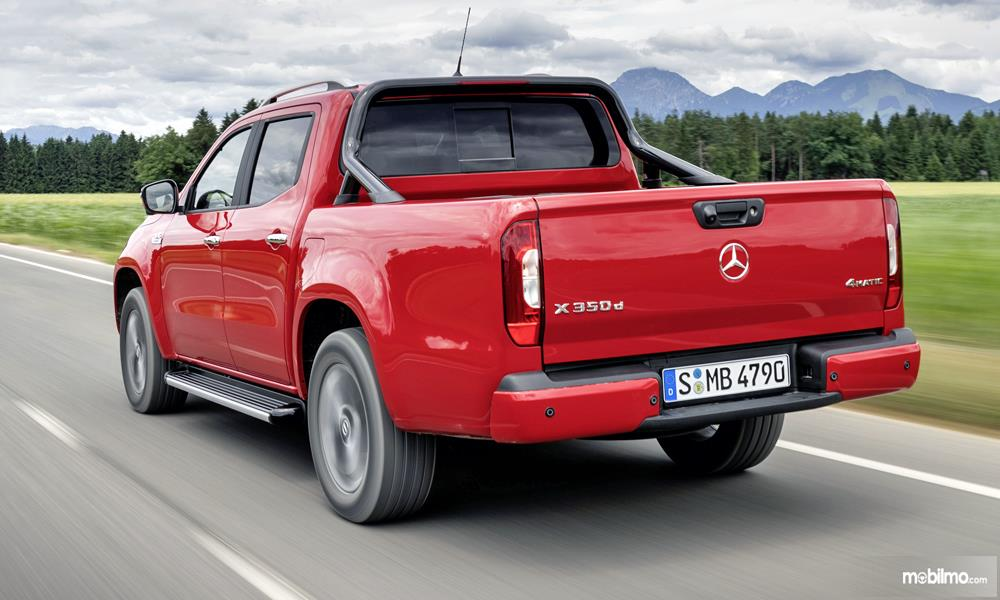 Tampilan belakang mobil Mercedes-Benz X-Class 2019 berwarna merah