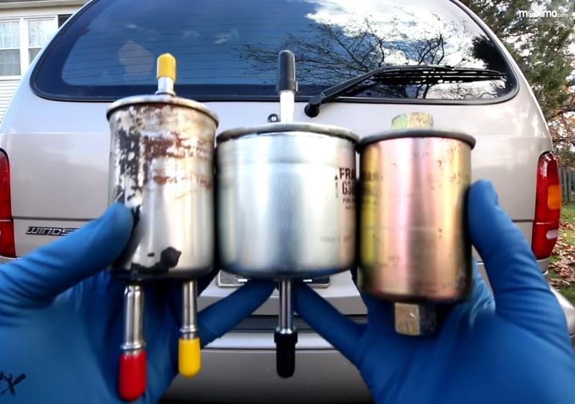 Foto saringan bahan bakar pada mobil