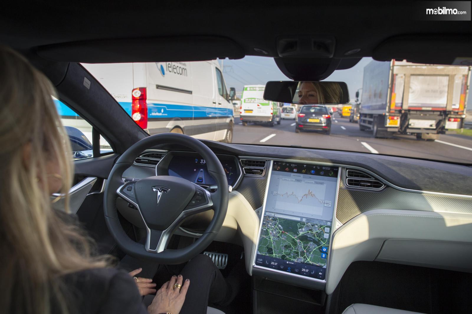 Gambar sistem semi-otonom Tesla