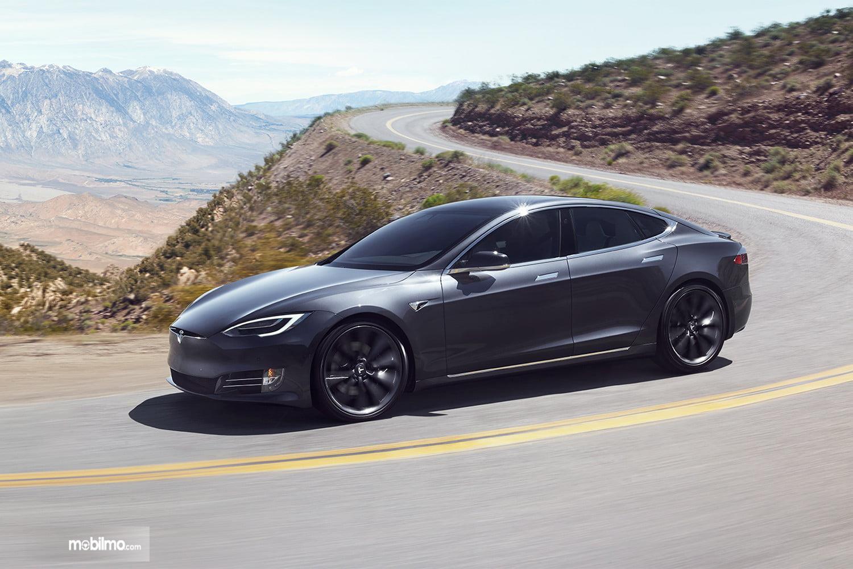 Gambar Tesla Model S berwarna hitam