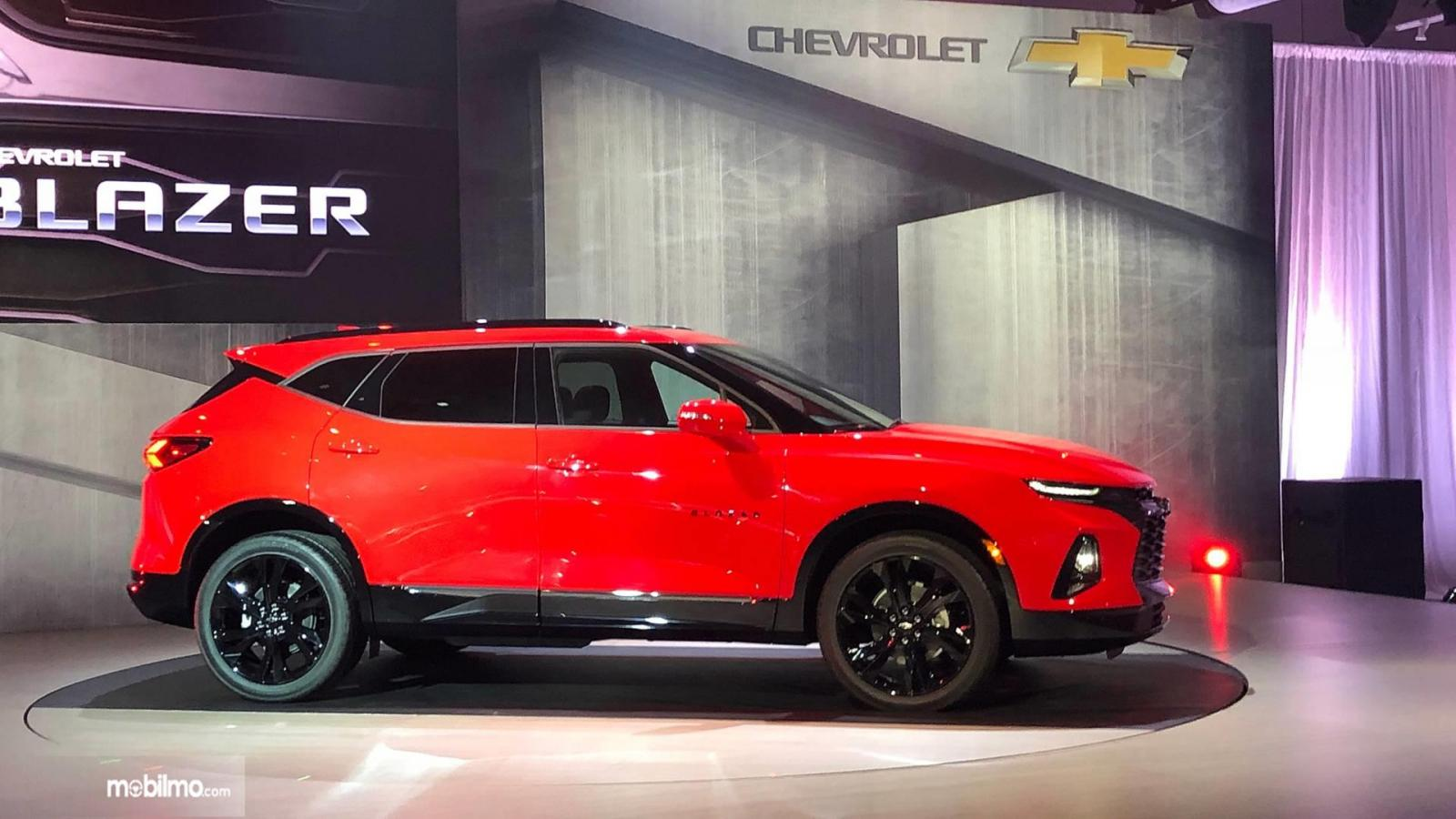 Tampilan samping All New Chevrolet Blazer 2019 berwarna merah