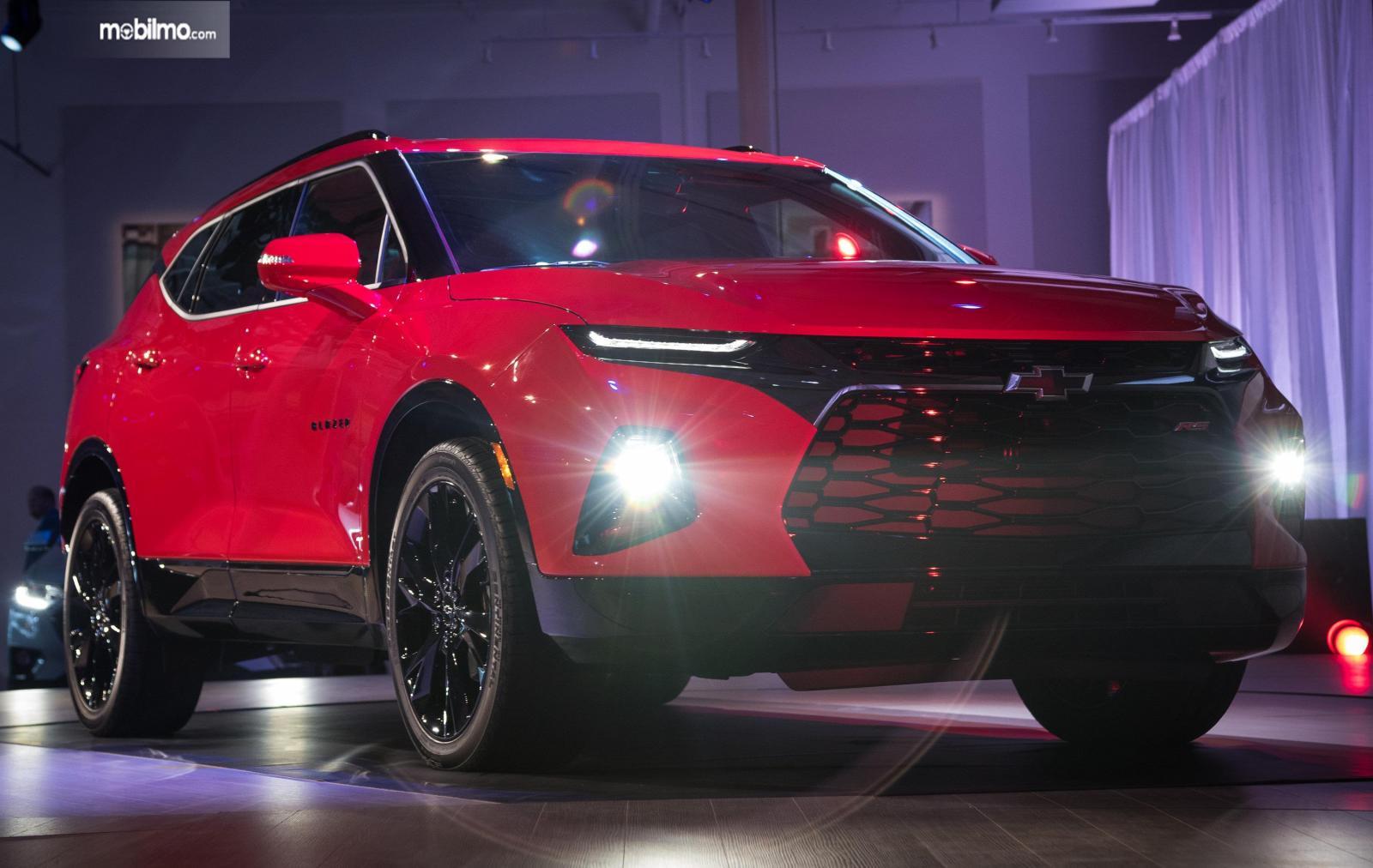 Tampilan bagian depan mobil All New Chevrolet Blazer 2019 berwarna merah