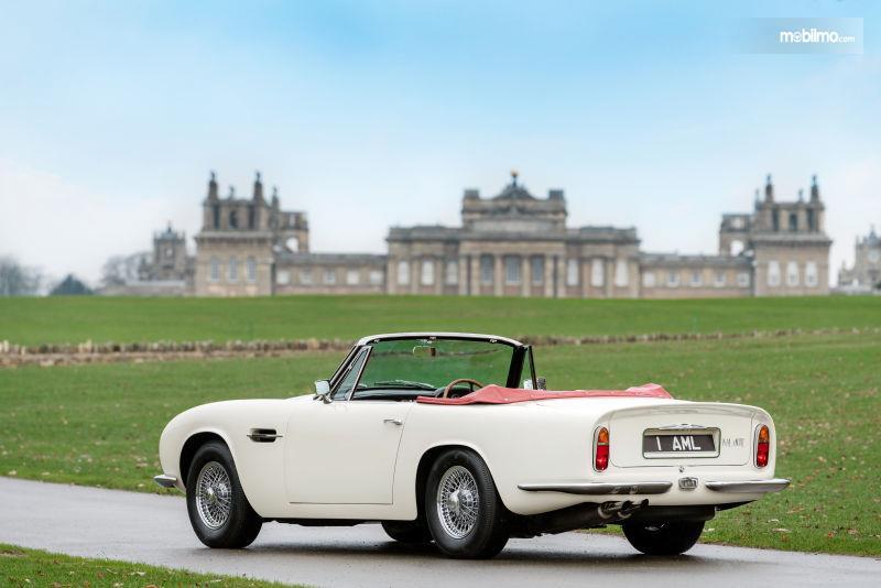 Gambar Aston Martin Volante berwarna putih