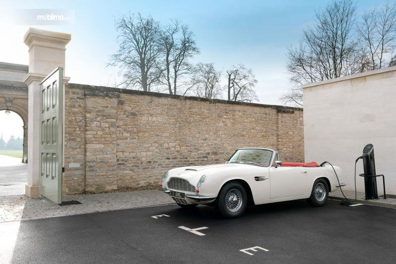 Gambar mobil listrik Aston Martin Volante