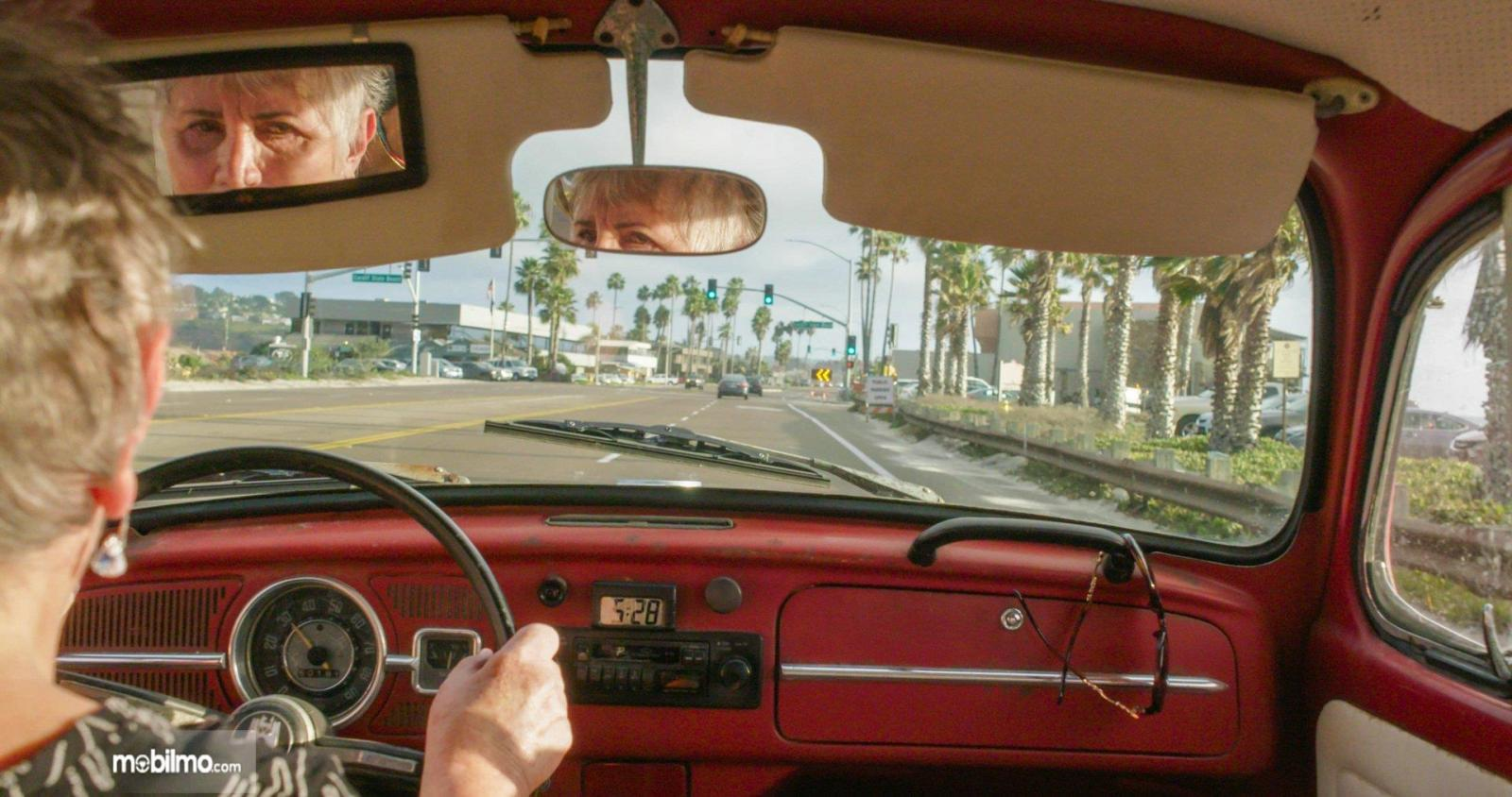 Gambar Kathleen Brook di dalam VW Beetle miliknya