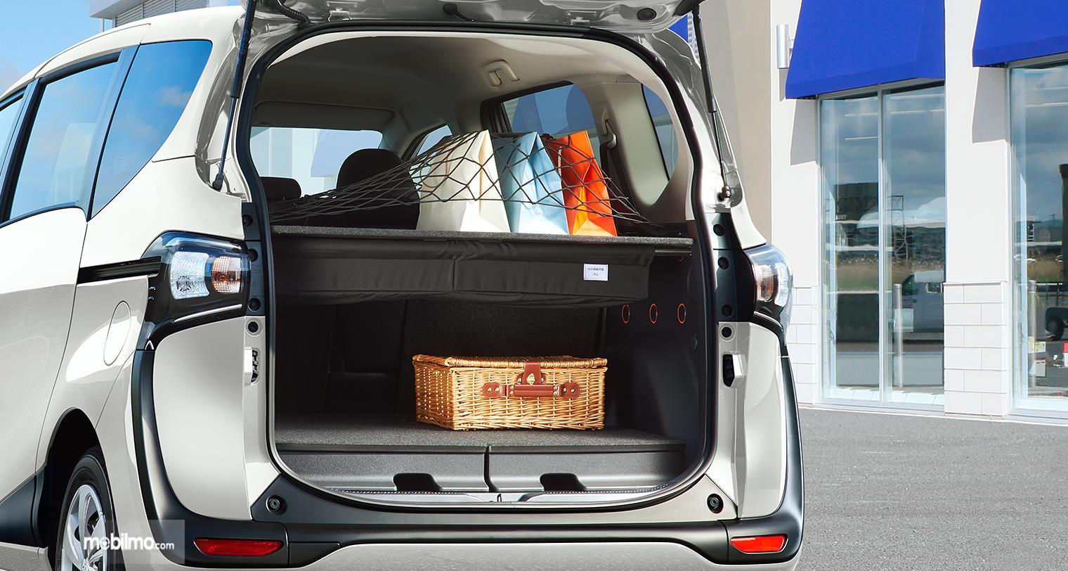 Foto Toyota Sienta Funbase tampak dari belakang pintu terbuka