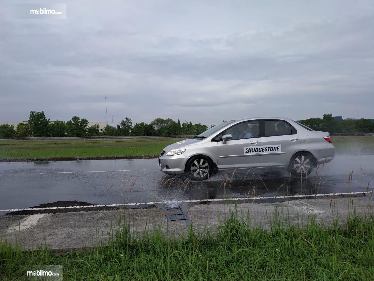 Tampak sebuah mobil Honda City yang pakai ban Bridgestone