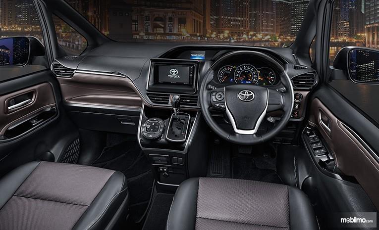 Gambar bagian interior mobil Toyota Voxy 2018 dengan warna utama yaitu hitam