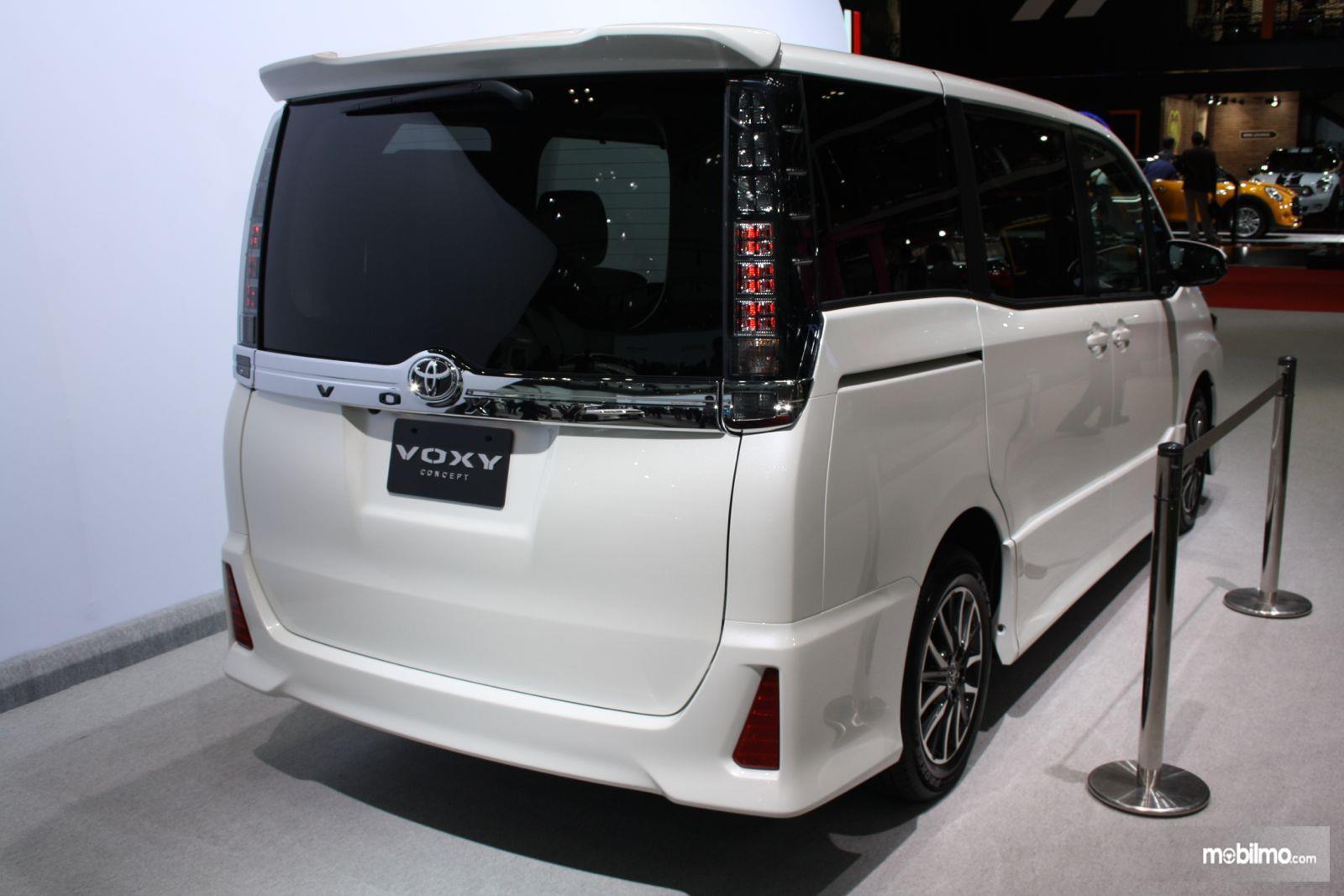 Gambar mobil Toyota Voxy 2018 berwarna putih dilihat dari sisi belakang
