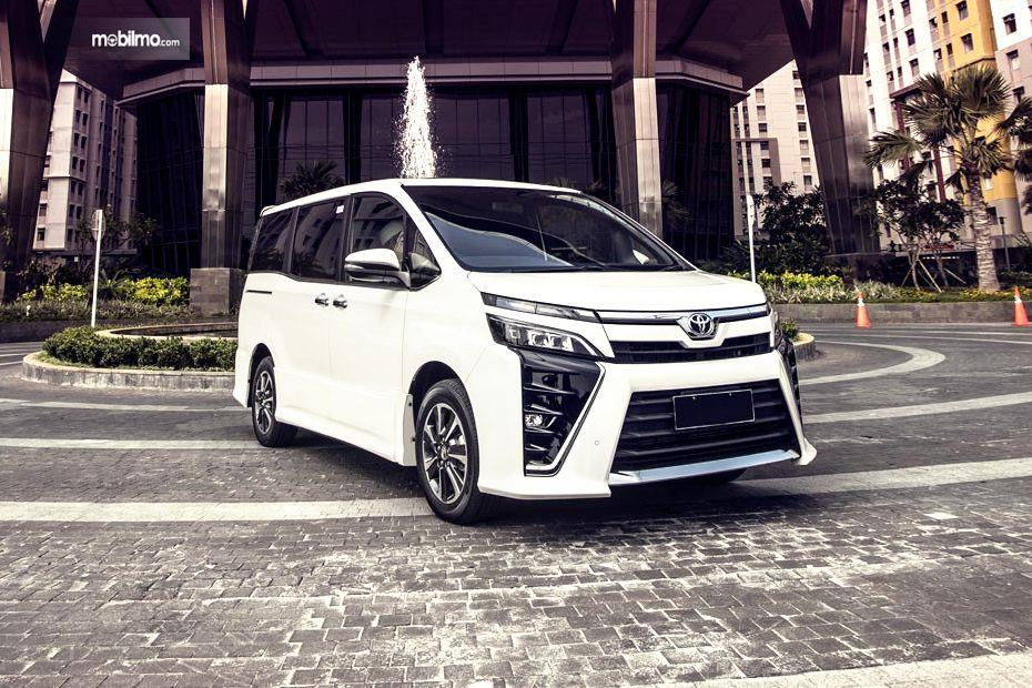 Gambar mobil Toyota Voxy 2018 berwarna putih dilihat dari sisi depan