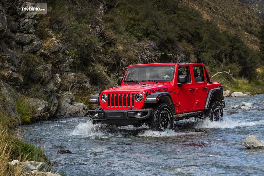 Gambar Jeep Wrangler JL 2019 di sungai