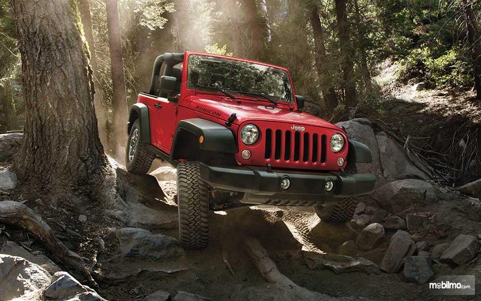 Gambar Jeep Wrangler JL 2019 di hutan