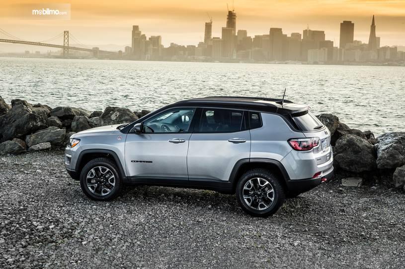 Gambar tampilan samping Jeep Compass 2019