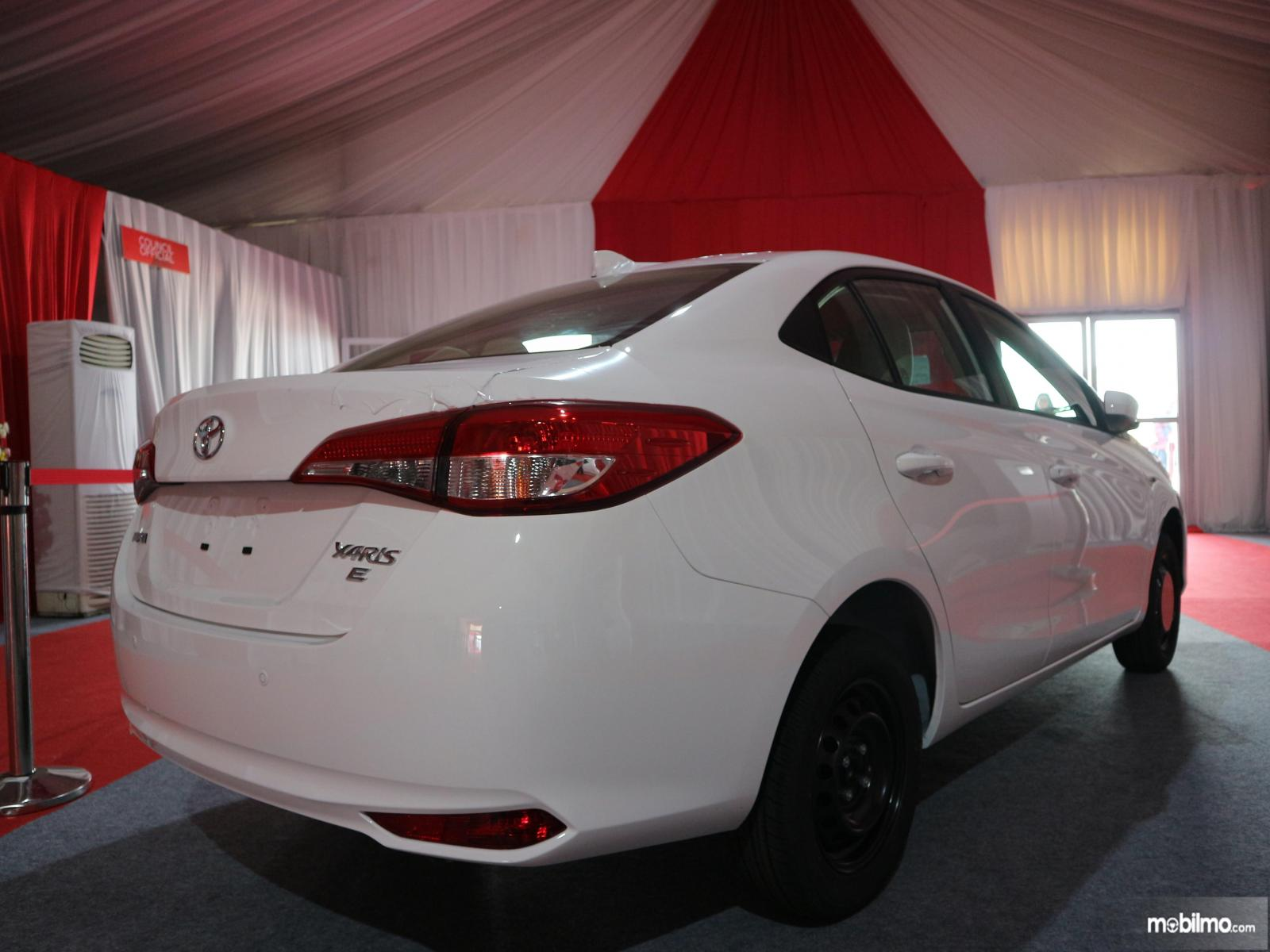 Gambar mobil Toyota Vios 2019 Versi Ekspor  berwarna putih dilihat dari sisi belakang