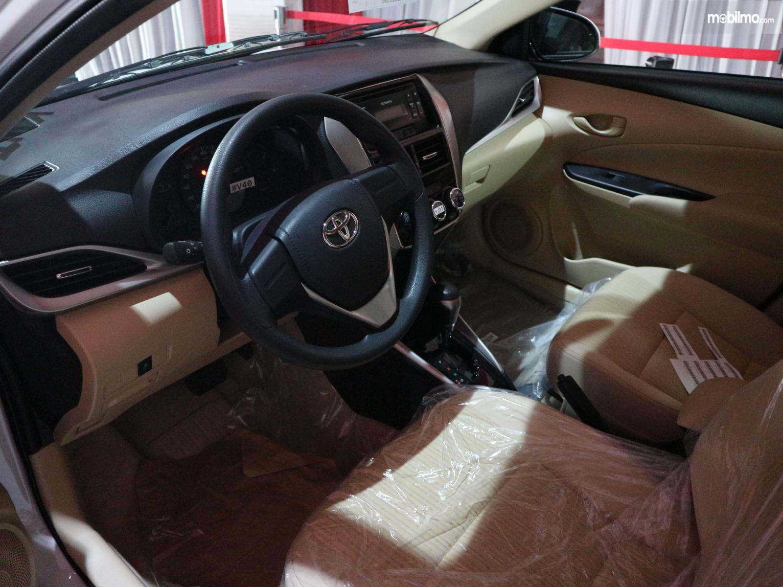 Gambar menunjukkan Layout dasbor sebuah Toyota Vios 2019 versi ekspor