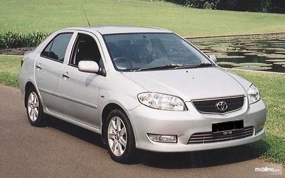 Gambar mobil Toyota Vios G 2003 berwarna silver dilihat dari sisi depan