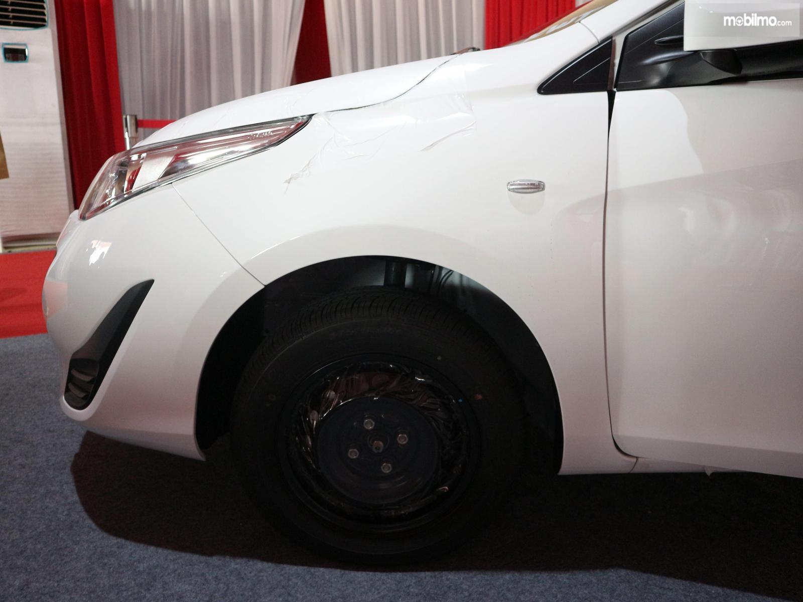Gambar menunjukkan Pelek dan ban sebuah Toyota Vios 2019 Versi Ekspor