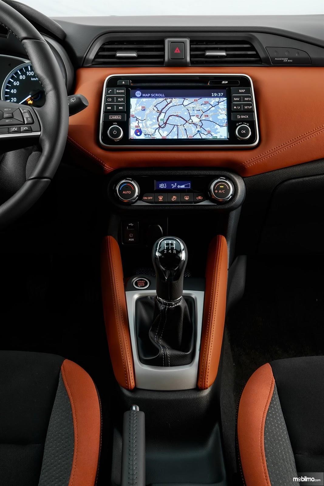 Gambar menunjukkan Head unit touchscreen 7 inchi pada sebuah Nissan March 2019