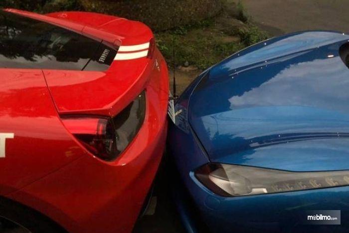 Gambar dua mobil Ferrari