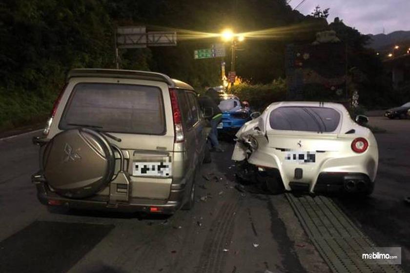 Gambar kecelakaan Ferrari dari belakang