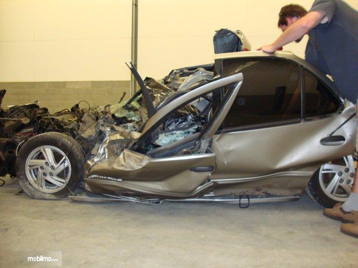 Foto bagian mobil hancur bertabrakan