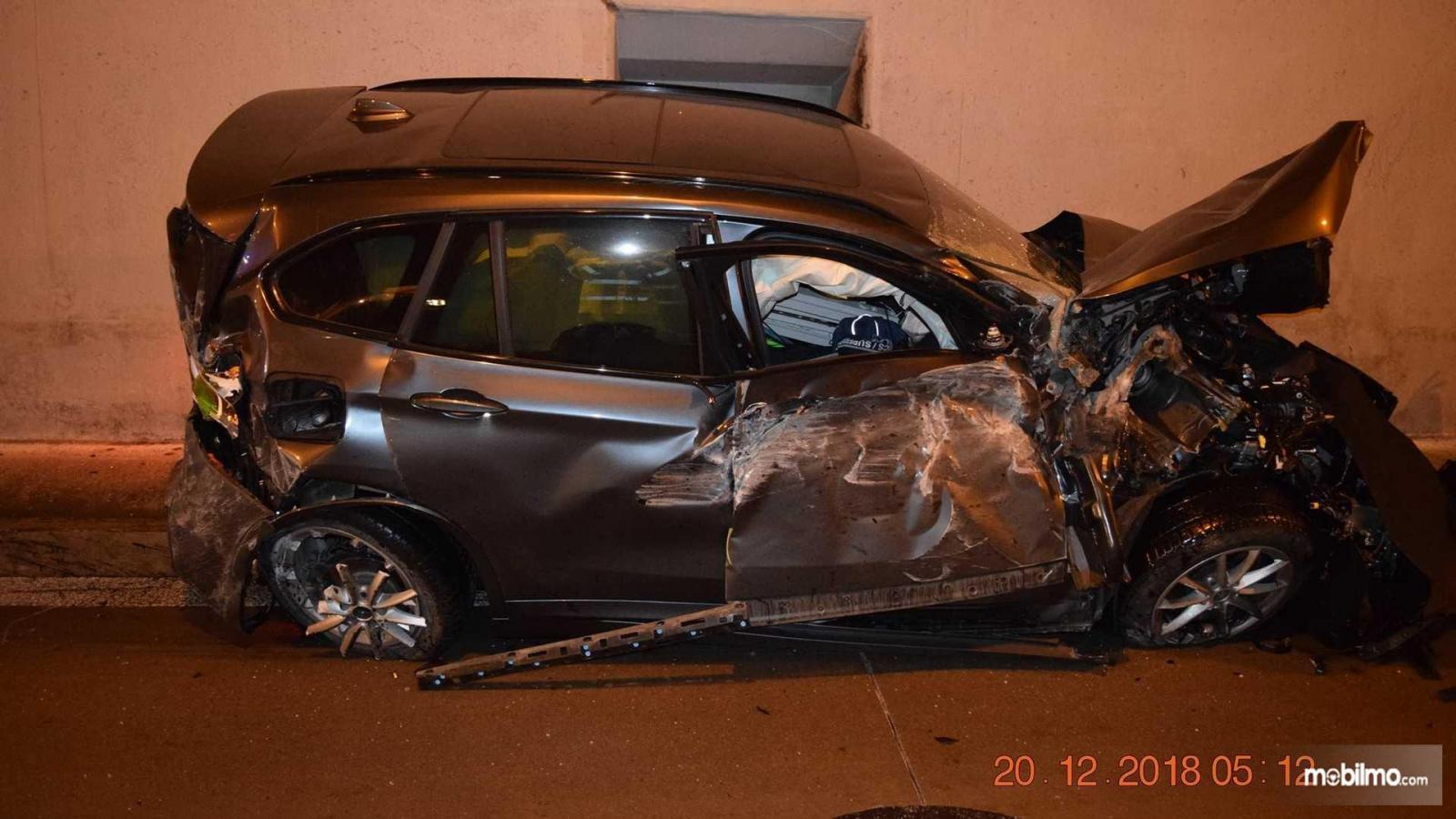 Foto mobil BMW setelah kecelakaan spektakuler